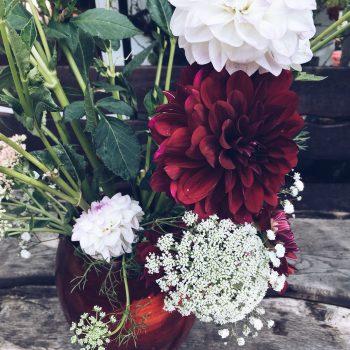 de-bruismeisjes-te-leuk-tafelen-groene-loper-eerlijk-trouwen-de-volle-grond-bloemen-groen